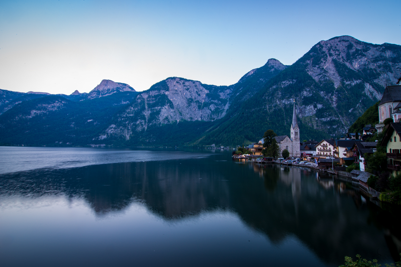Blaue Stunde in der Welterbestätte: Abends versammeln sich viele Touristen, um ein Foto von der Kirche im Ort zu bekommen.