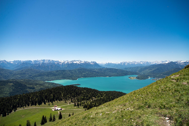 Blick auf den Walchensee mit Alpen im Hintergrund.