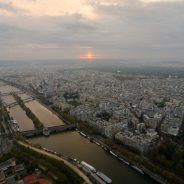 Ein wundervollen Sonnenuntergang kann man vom Eiffelturm aus sehen.