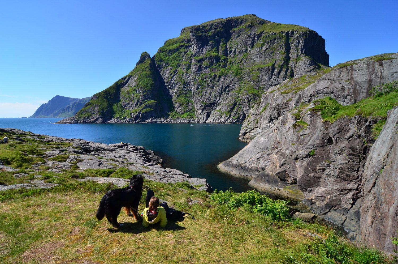Der Hund kann (fast) überall mit: Jodie und Bine in Å i Lofoten.