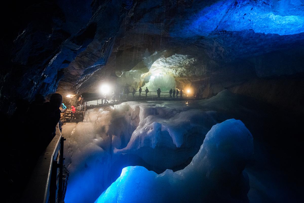 Der Weg durch die Höhle führt teils direkt über das Eis.