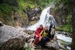 Eins der wenigen Familienbilder: Hundterwegs am Gollinger Wasserfall.
