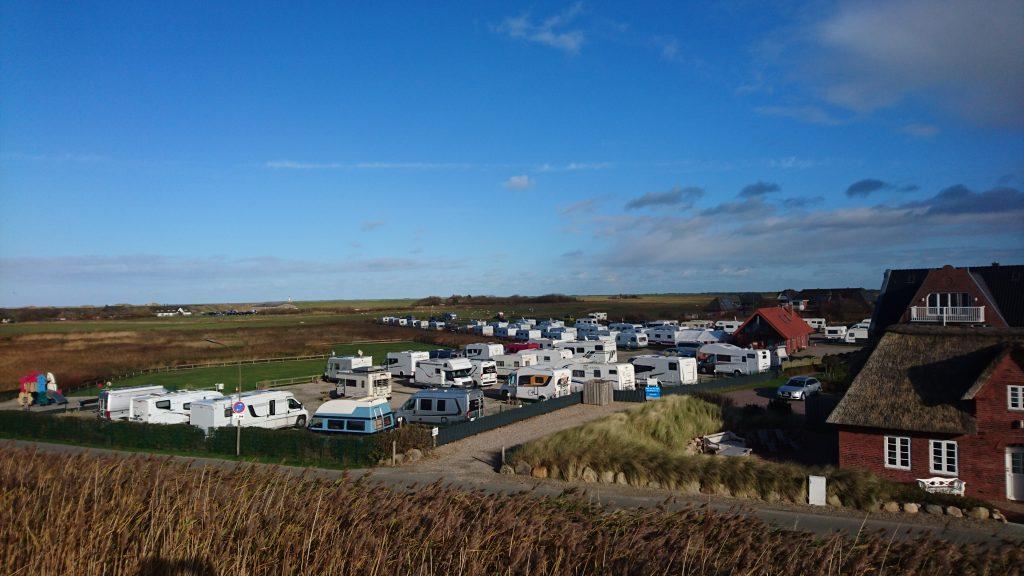 Blick vom Deich: Der Campingplatz Biehl liegt direkt neben den Dünen.