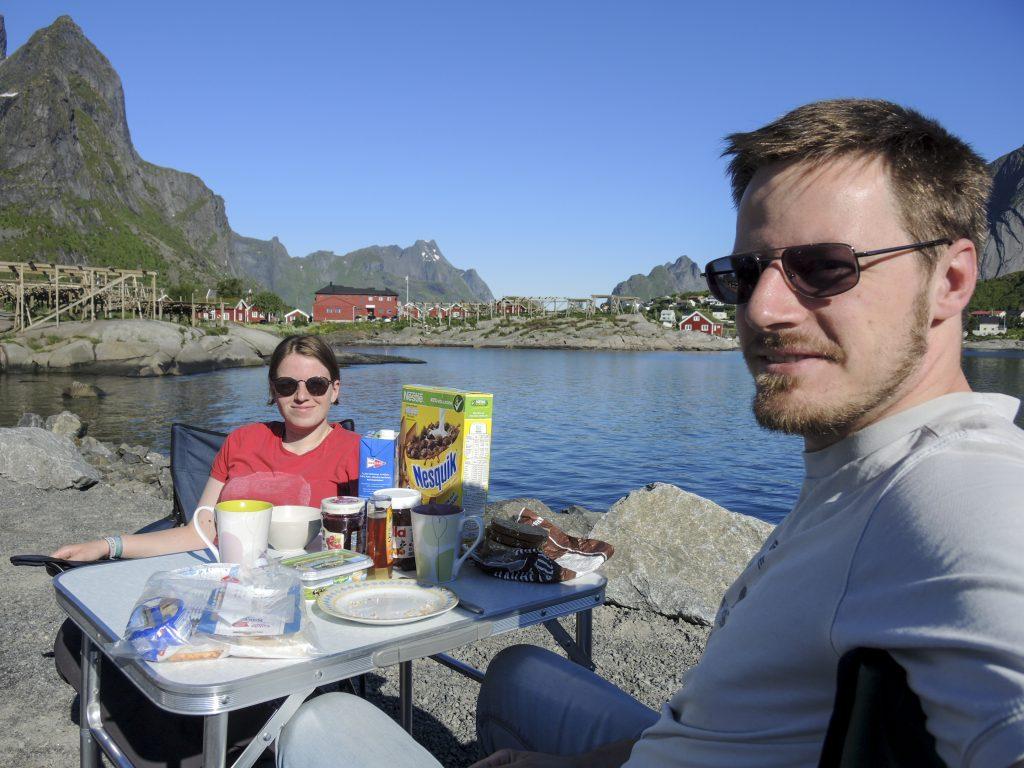 Frühstück with a view: Camping in Reine am Hafen. Einer der wenigen Tage, an dem wir Temperaturen von mehr als 20 Grad hatten.