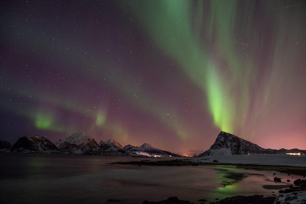 Die Reise in den hohen Norden lohnt auch im Winter. Dann kann man mit etwas Glück Polarlichter beobachten - wir hier über dem Offersøykammen auf den Lofoten.