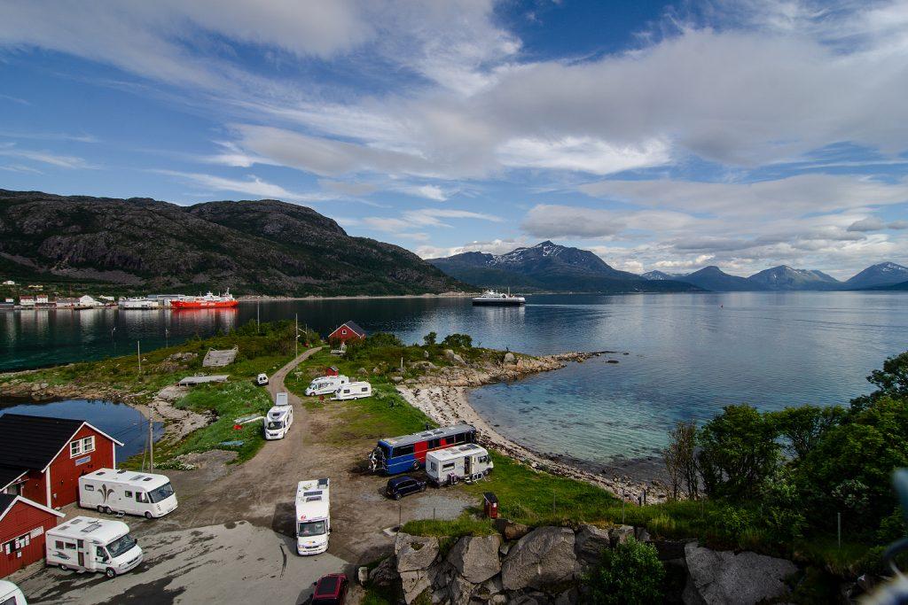 Wenn das mal kein Ausblick ist: Meer, Berge, Fähren - alles zusammen ist ein Camping-Traum!
