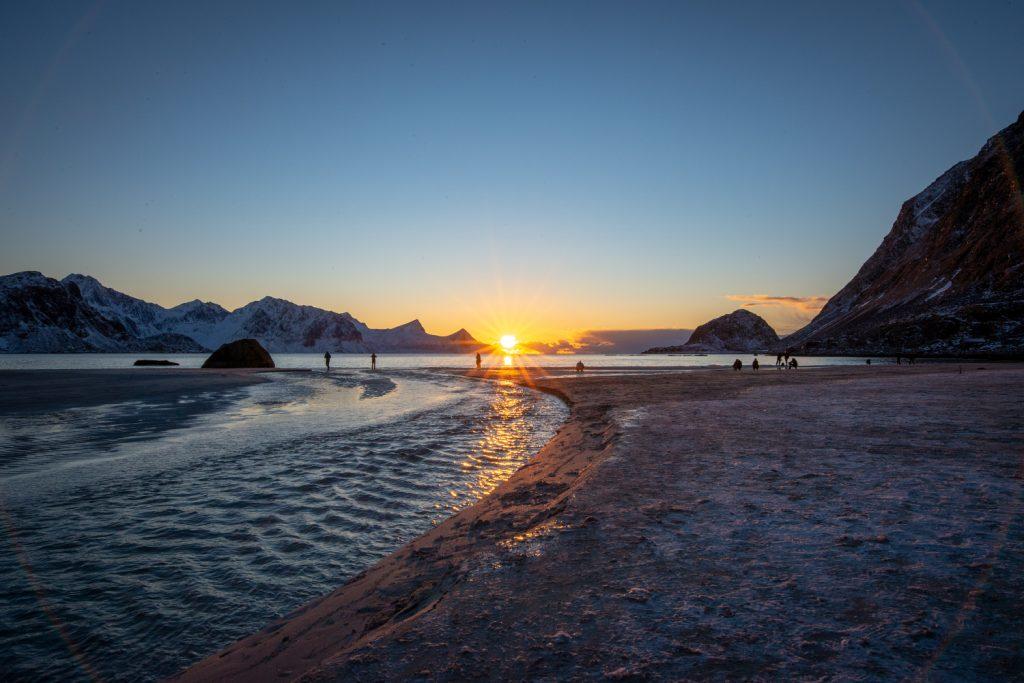 Beliebter Lofoten-Strand: Im Winter geht am Hauckland Strand die Sonne perfekt in Strandblickrichtung unter.