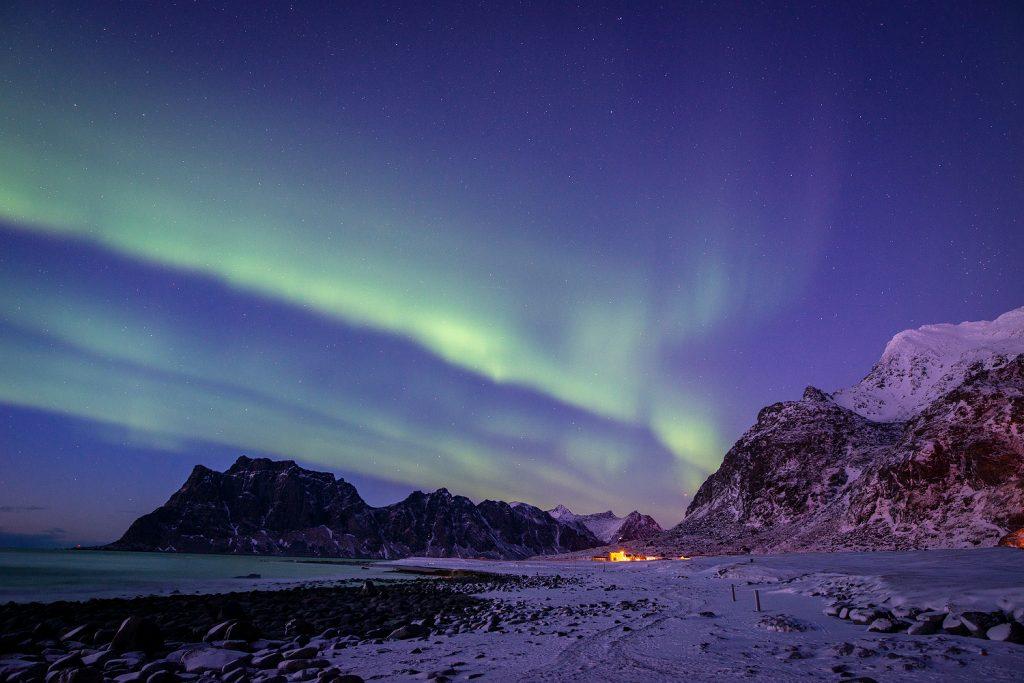Über dem Uttakleiv Strand tanzen Polarlichter im März - ein wirklich faszinierendes Schauspiel!