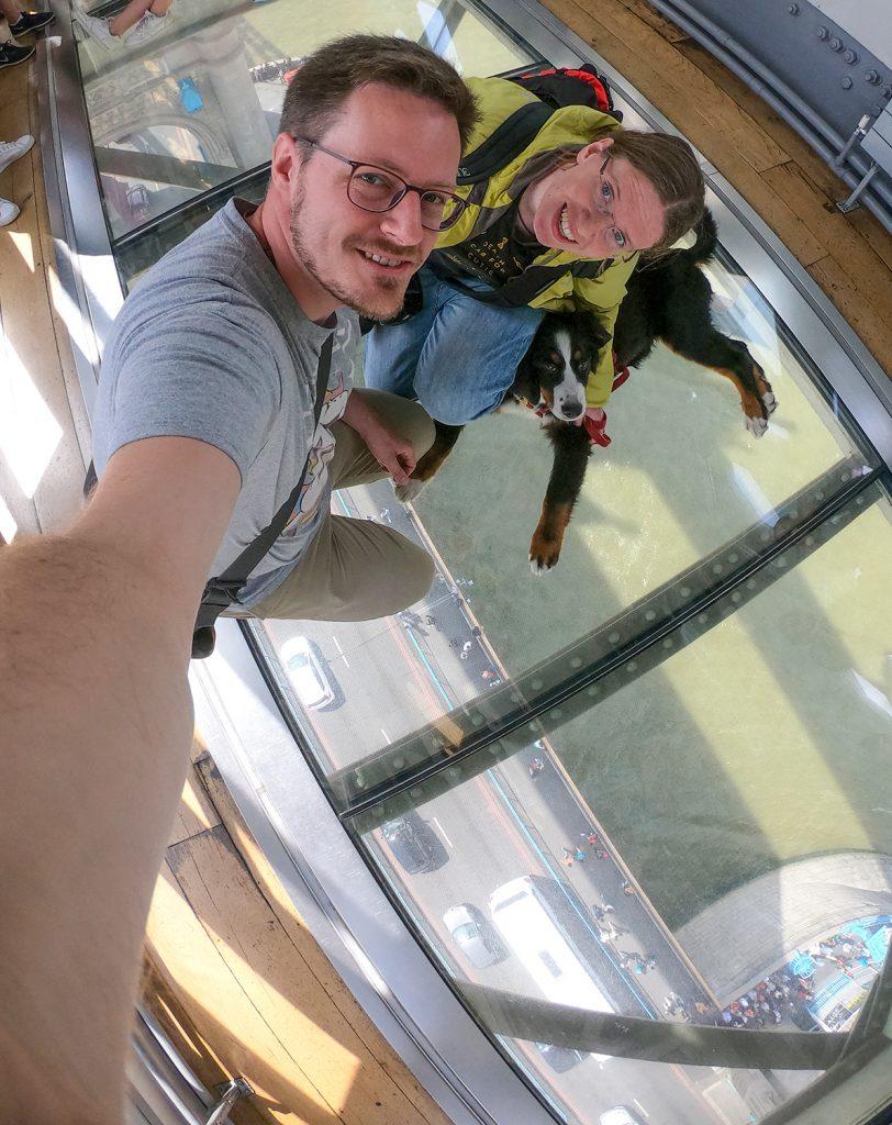 Auf dem Glasboden der Tower Bridge kann man wunderbar nach unten sehen.