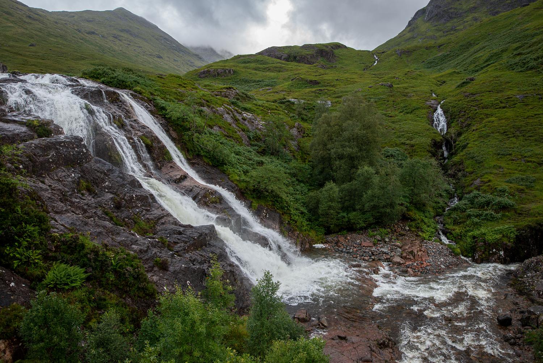 Drei Wasserfälle treffen an der A82 durchs Tal Glencoe zusammen. Neben dem Meeting of the three waters kommt man sich sehr klein vor.