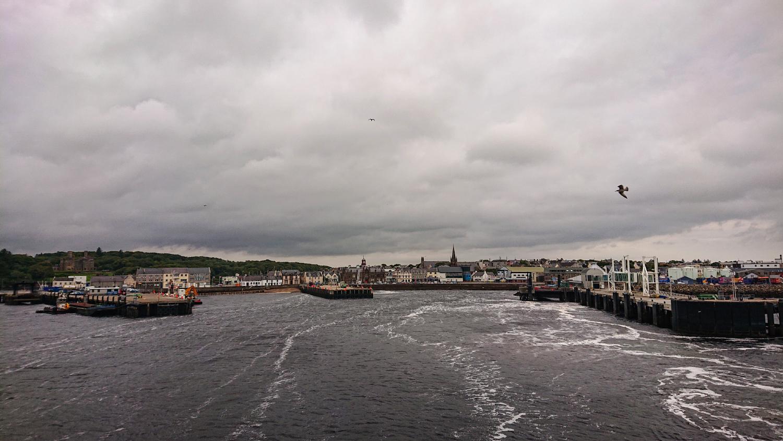 Bye bye Stornoway: Anblick der Stadt von der Fähre aus.