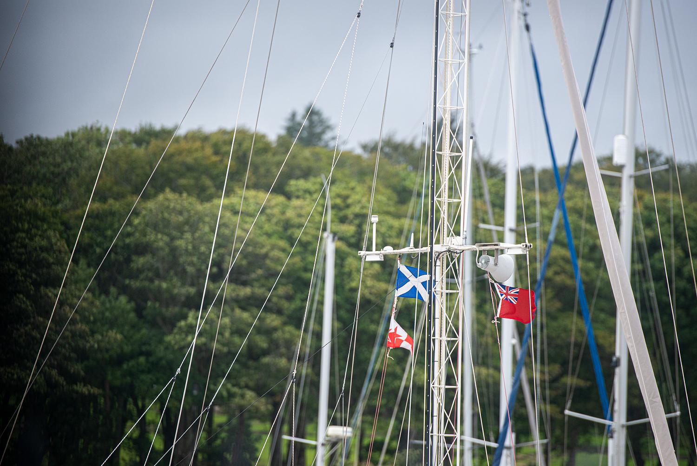 Im Hafen sind die Flaggen gehisst.