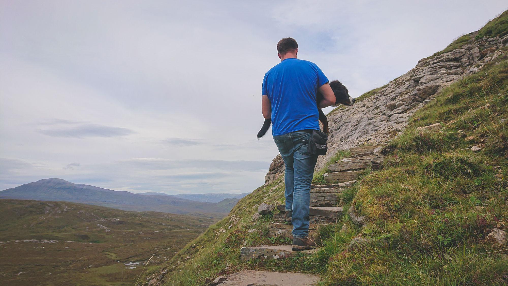 Jan trägt Ceeley am Knockan Crag