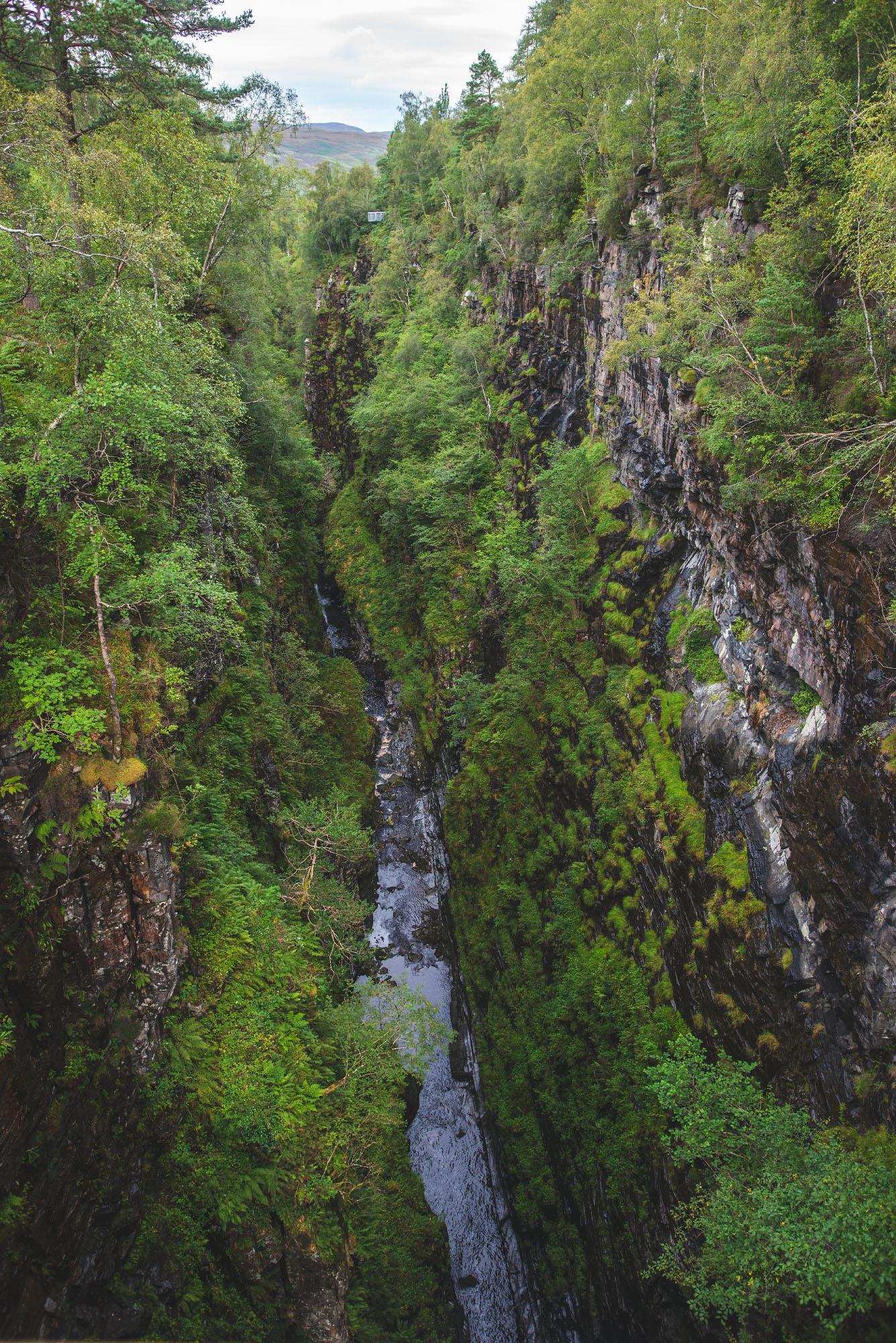 Von wegen hässlich: Diie Corrieschalloch Gorge ist durch ihre Tiefe sehr beeindruckend - vor allem, wenn man direkt darüber steht.