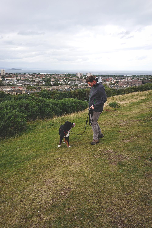 Ceeley und Jan auf dem Weg zum Arthur's Seat