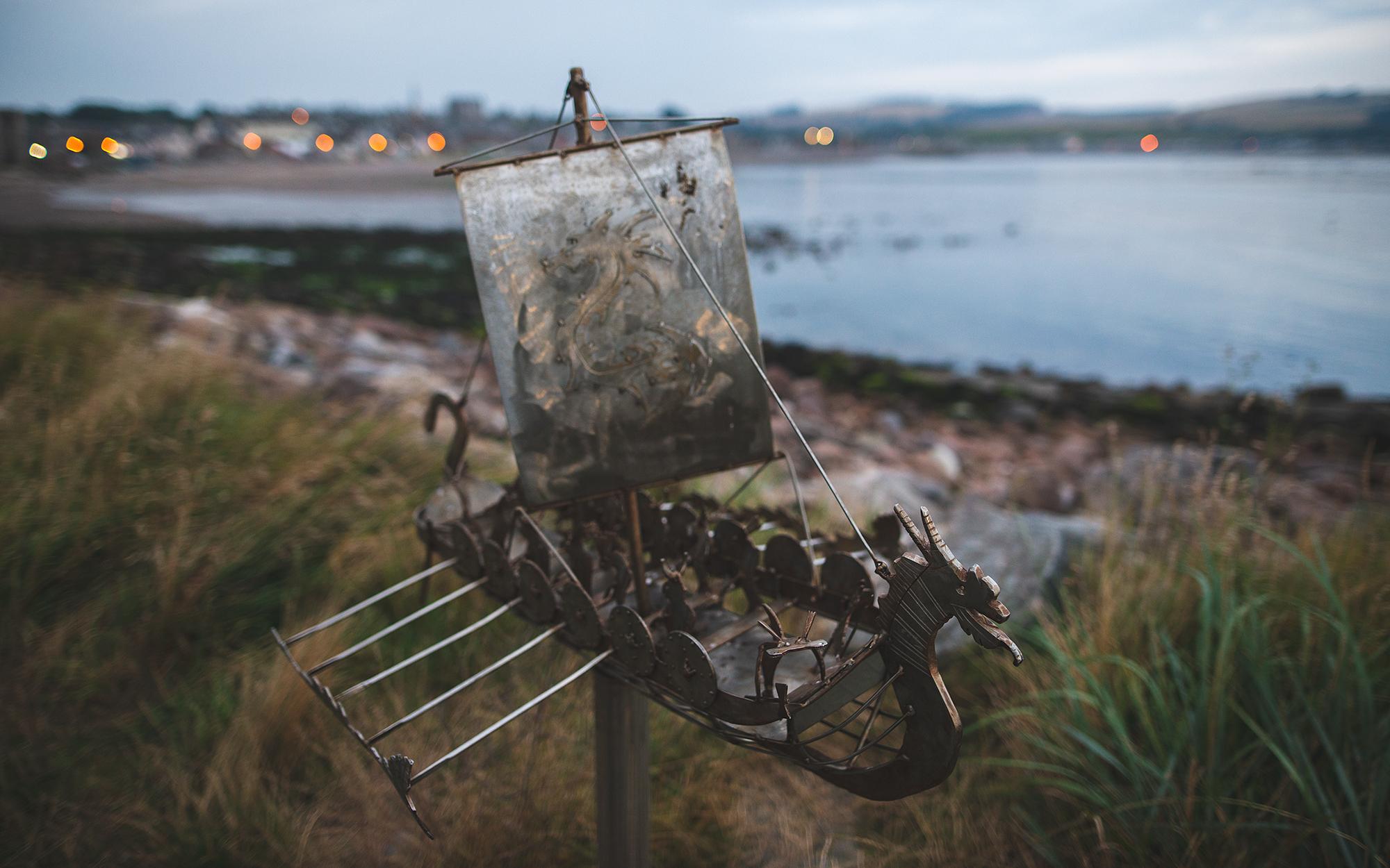 Kleine Schiffsskulpturen am Uferweg