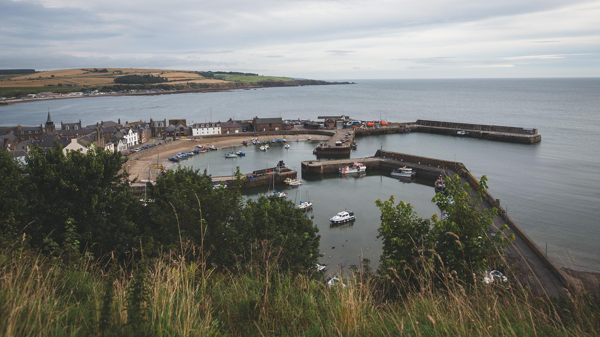 Stonehavens Hafen von oben gesehen