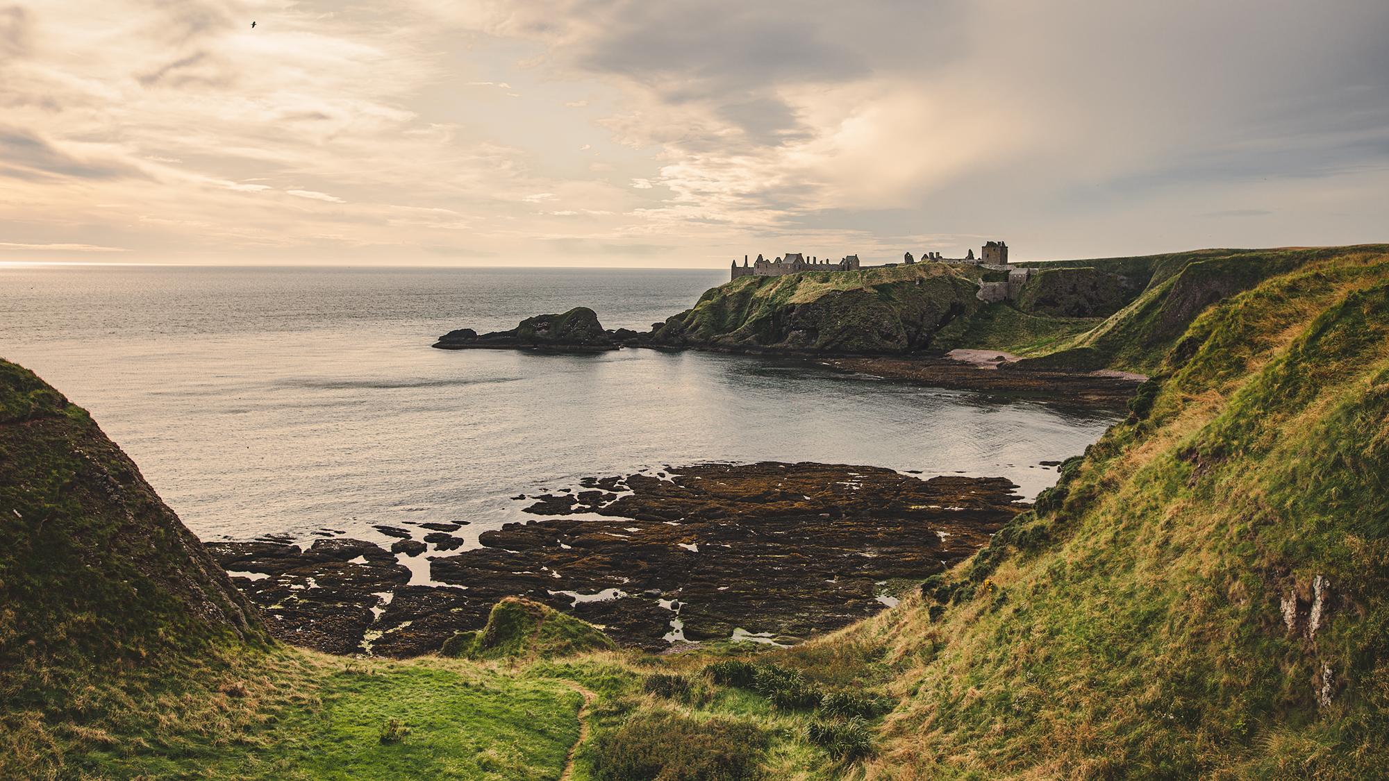 Blick vom Küstenweg auf Dunnottar Castle