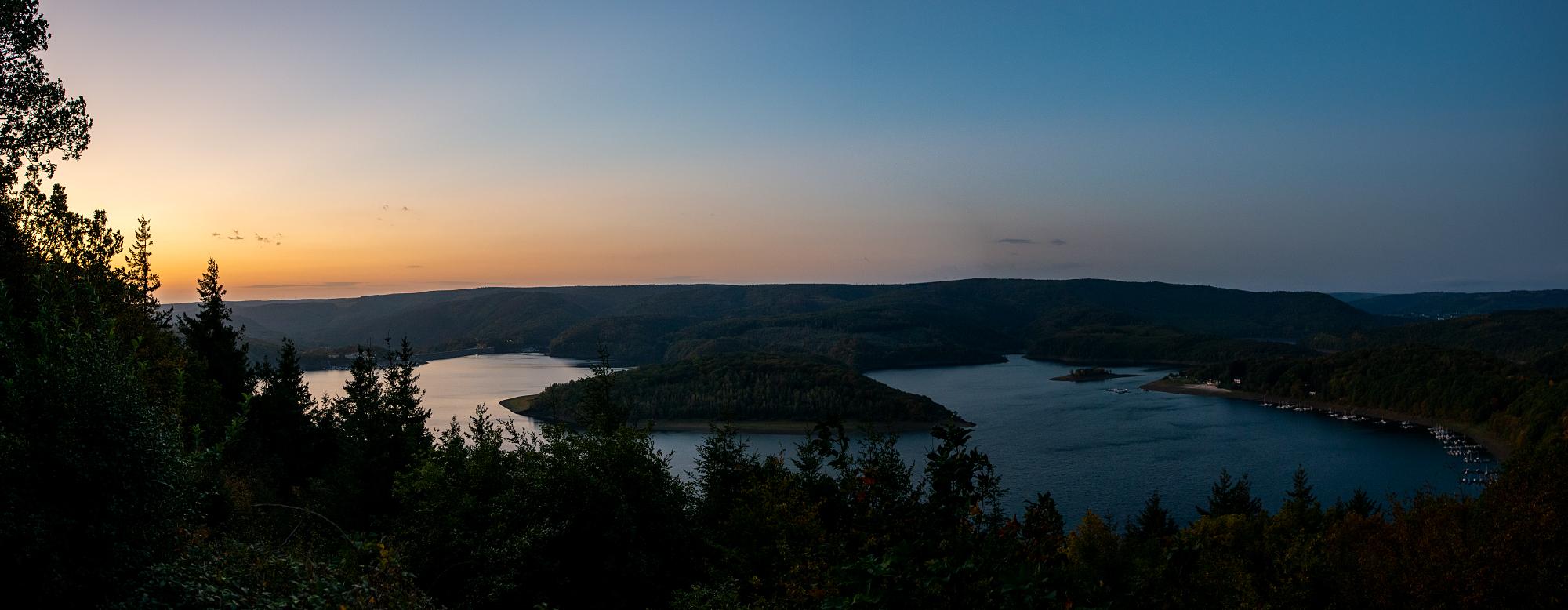 Das ist er, unser Panorama-Blick über den Rursee. So schön am Morgen! Vorteil im Oktober: Man muss dafür nicht allzu früh aufstehen.