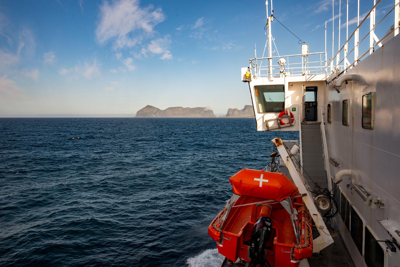 Anfährt über das Meer: Blick auf die Berge von Værøy.