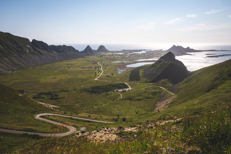Vom Weg zum Håen bietet sich bei gutem Wetter ein toller Blick auf Sørland und den Süden Værøys.
